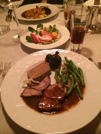 Hotel Angerer Alm: Рождественский ужин (было много мясных блюд на выбор)