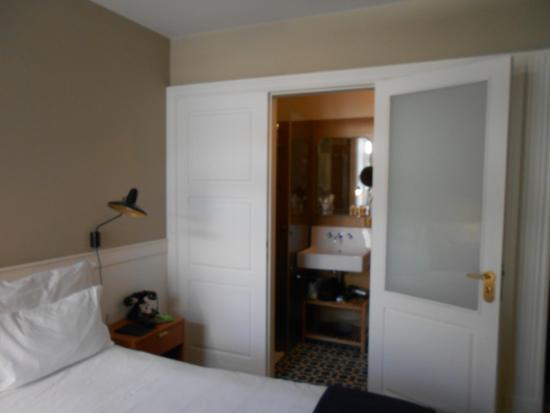 L\'accès à la salle de bain/WC depuis la chambre - Photo de Porto ...