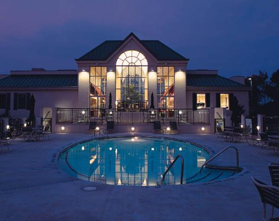 Best Western Plus The Inn at King of Prussia: Outdoor heated pool and whirlpool