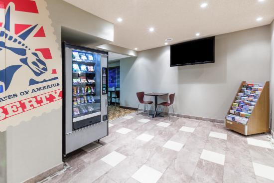 Super 8 Schenectady/Albany Area: Lobby/Vending Area