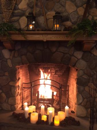 Chestertown, Nova York: fireplace decked out for the holiday