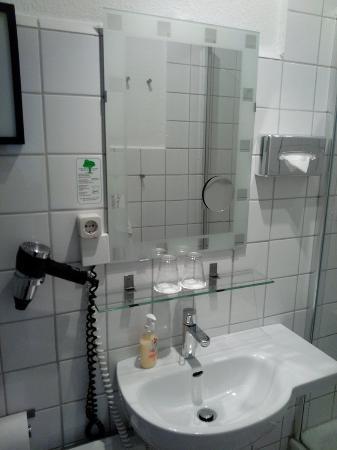 Hotel Am Dammtor: Bathroom sink