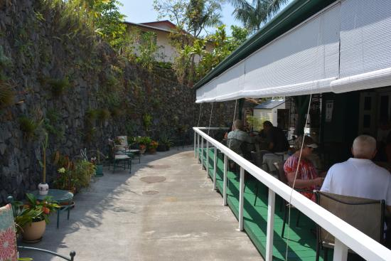 Kona Coffeehouse & Cafe at Honaunau: Outdoor Patio and Fern Wall