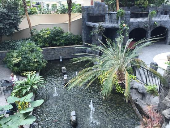 Villa de Flora: A view of some of the water features around the restaurant