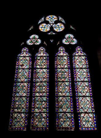 Paryż, Francja: Stained glass inside Notre Dame
