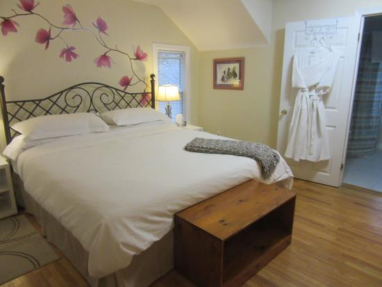 Carbonnel Bed & Breakfast: Hydrangea King Size Room