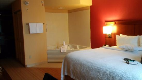 king room with jacuzzi tub picture of courtyard by marriott miami rh tripadvisor com