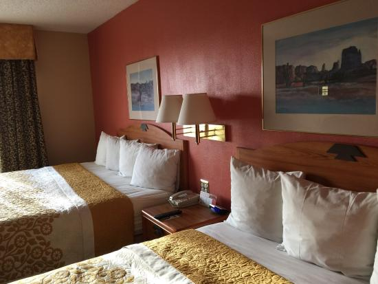 Days Inn & Suites Airport Albuquerque: Cheerful rooms and hallway decorations
