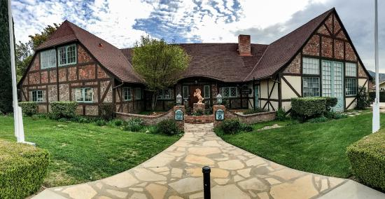 Solvang, CA: The house is classical and beautiful, and hard to believe almost entirely made by hand by the ar