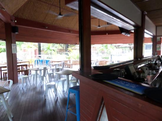Holiday Inn Port Moresby: Poolside bar area; also open to the public