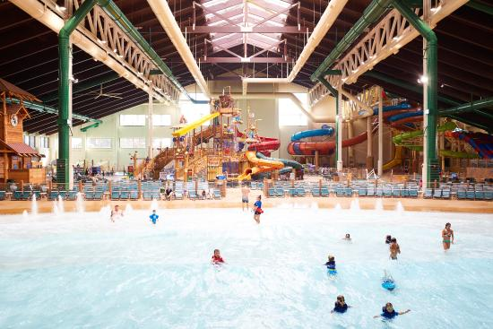 Family suite picture of great wolf lodge southern for Garden grove pool