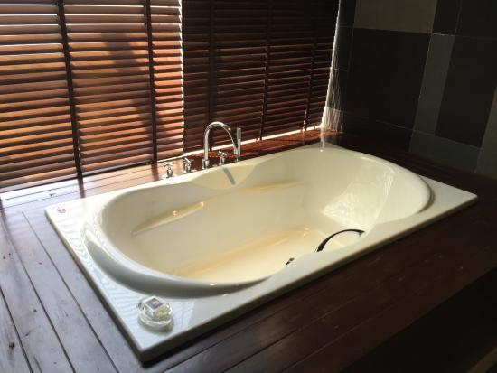 Impiana Private Villas Kata Noi: Nice tub to unwind