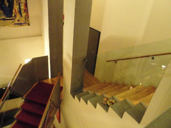 Hotel Restaurant Roter Hahn: ロビーからの1階への階段