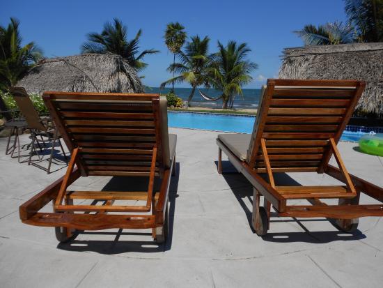 Sarkiki Villas: Lounge by the pool