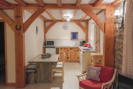 Chez Jallot : Etable gite kitchen & dining area