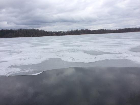 Rimforsa, İsveç: Utsikten över sjön Åsunden där nu isen hade börjat försvinna.