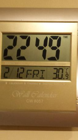 Best Western Ellerslie Ellerslie International: This was the room temperature, with the Aircon & three fans all blasting away!
