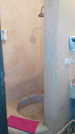 Riad Alwane: El baño de la habitación.