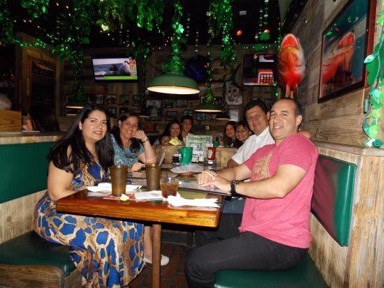 Flanigan's Seafood Bar & Grill : Disfrutando en Flanigans con amigos