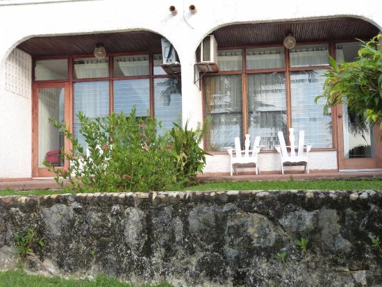 Hotel Villa Caribe: Nos deux chambres donnant sur le jardin en terrasse avec vue sur le Rio Dulce et sur la piscine.