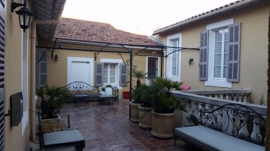 Best Western Le Comtadin : Le patio bien sympathique