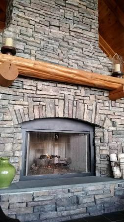 Green Mountain Suites Hotel: Relax in their entry hall with this great 2-sided fireplace.