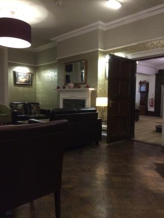 Marchwiel, UK: Kijkje in de zithoek gezien vanaf de bar
