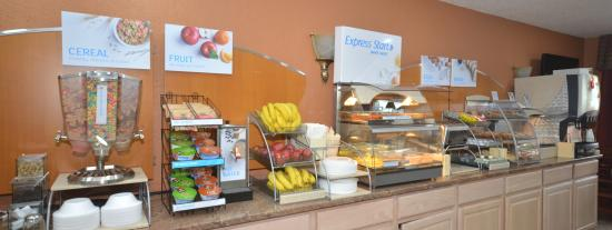 Holiday Inn Express: Breakfast bar