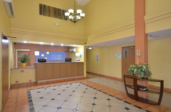Holiday Inn Express Santa Fe - Cerrillos: Lobby
