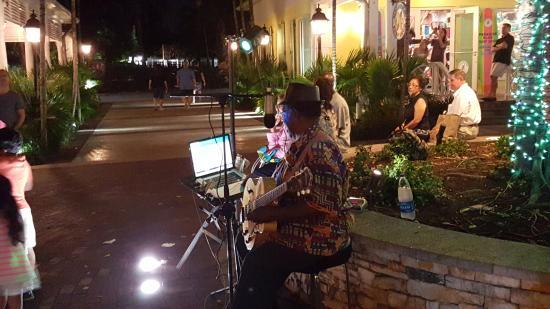 Johnny Rockets: lanchonete com vista para praça e música