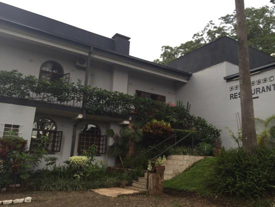 Pedro's Lodge: Gardens and front of hotel