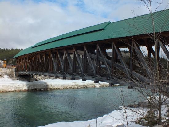 Golden, كندا: Golden Covered Pedestrian Bridge - exterior