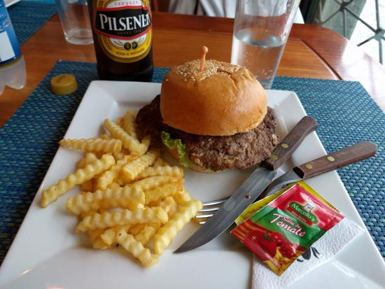 Atuntaqui, Ekvador: Can't beat crinkle cut fries and a burger with fresh ground beef