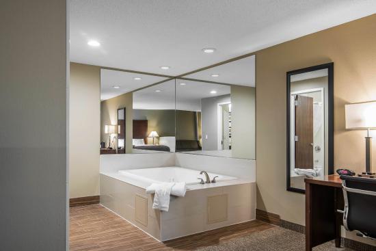 Comfort Inn Saugerties: Whirlpool suite