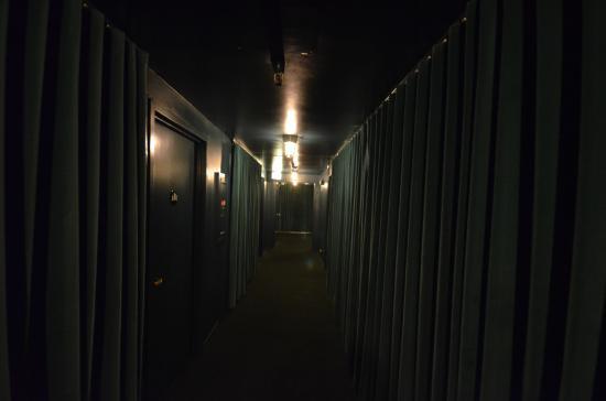 Palihotel: 廊下も暗め