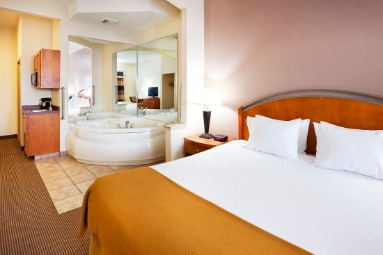 Forest City, Carolina del Norte: Release your tension in one of our Jacuzzi Suites