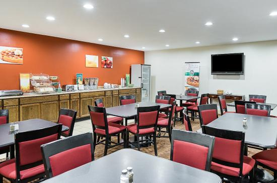 Quality Inn & Suites Skyways New Castle: Breakfast Seating