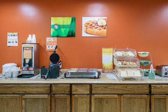 Quality Inn & Suites Skyways New Castle: Breakfast