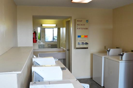 Red Roof Inn San Antonio - Lackland: Coin Laundry