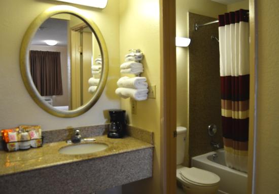 Red Roof Inn San Antonio - Lackland: Guest Bathroom