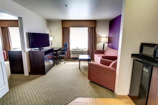 La Quinta Inn & Suites Spokane Valley: Two Room King Suite Living Area
