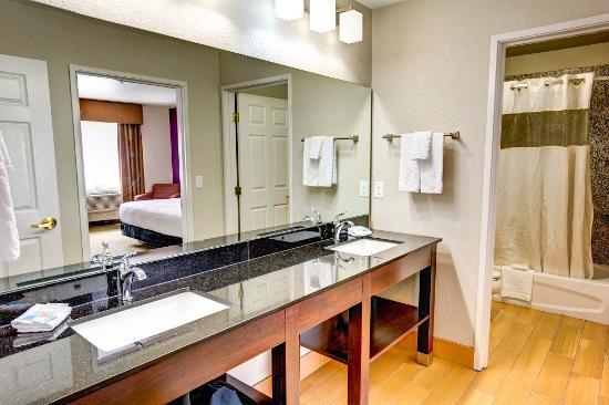 La Quinta Inn & Suites Spokane Valley: Two Room King Suite Vanity and Bath