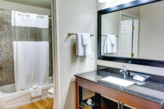 La Quinta Inn & Suites Spokane Valley: Guestroom Vanity
