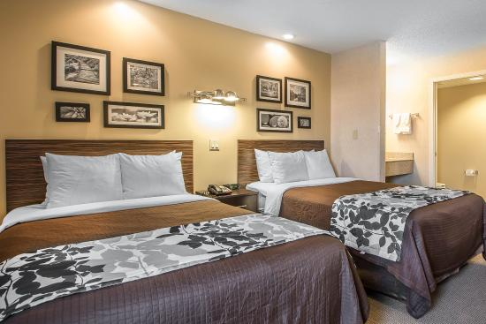 Sleep Inn & Suites, Green Bay Airport: Guest room with two beds