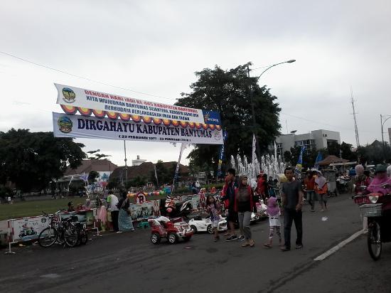 Air Mancur Alun-Alun Purwokerto: Air mancur Alun-alun saat  'Car free Day' hari Minggu bertepatan dg HUT Banyumas ke-445