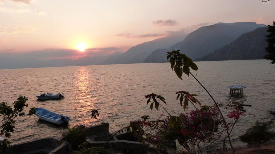 Hotel Posada de Don Rodrigo Panajachel: Coucher de soleil sur le lac.