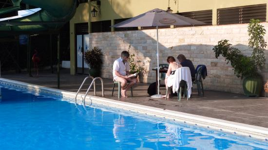 Hotel Posada de Don Rodrigo Panajachel: La piscine, spartiate et inconfortable.