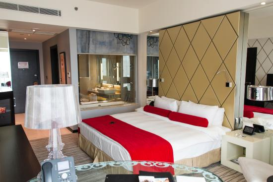Grand Millennium Hotel Amman: The room and the Bathroom