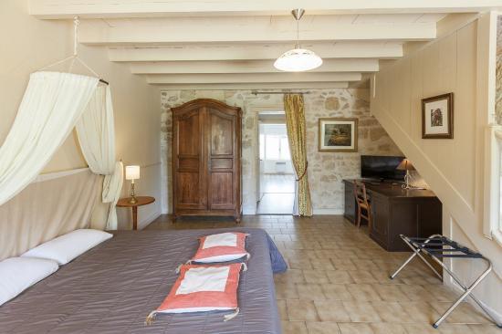 chateau fleur de roques 0. Black Bedroom Furniture Sets. Home Design Ideas
