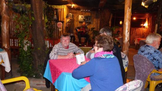 El Bistro: Nous attendons le repas en écoutant Sergio Saravia